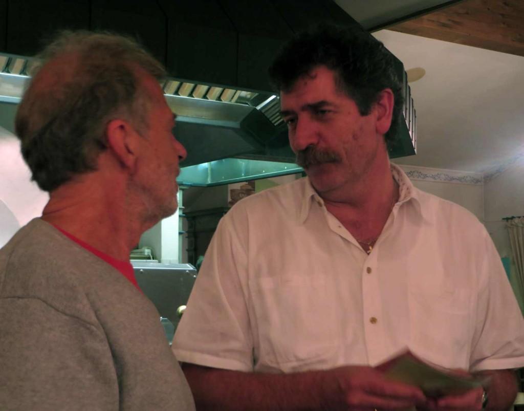 Heinz dankt Chriszian Seel, dem Wirt vom Jägerhäusl in Bad Gastein